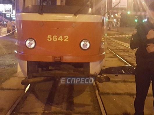 Смертельное ДТП вКиеве: под колеса трамвая попали мать иребенок